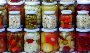 La Anmat prohibió unos pickles y tres marcas de aceite